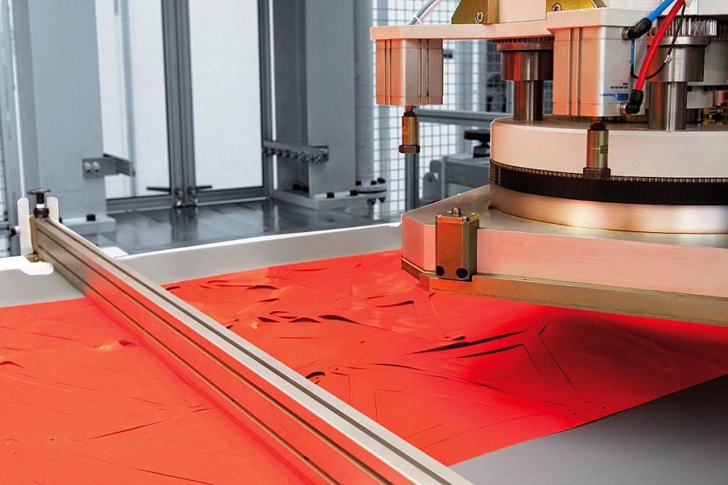 Warndreieck auf Karrenbalkenstanze bei der Grein GmbH